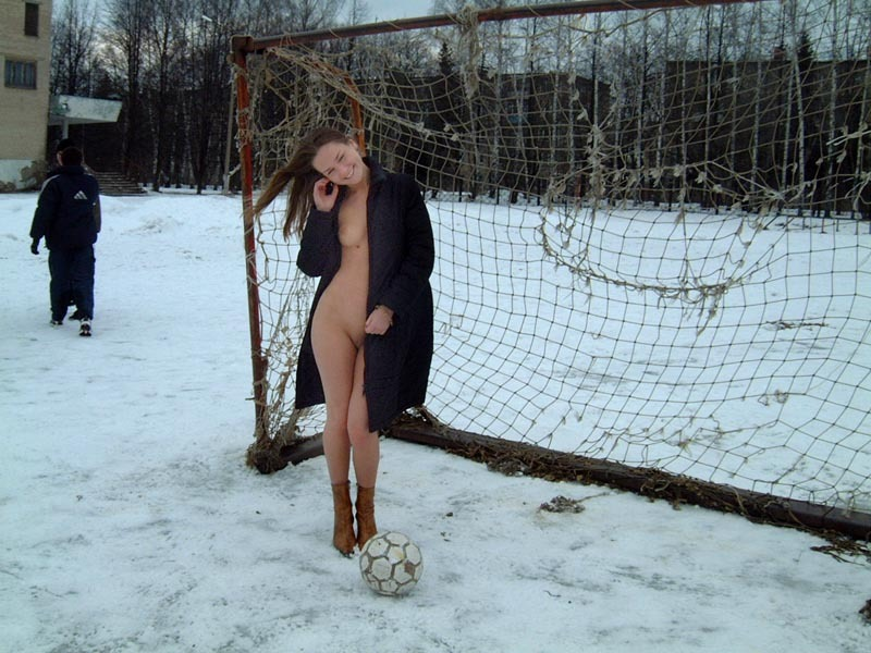 Стройная давалка осталась голенькой на футбольном поле