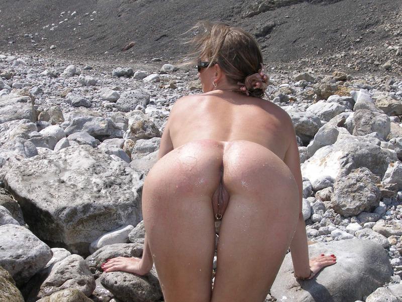 Зрелая мамзель разделась на камнях