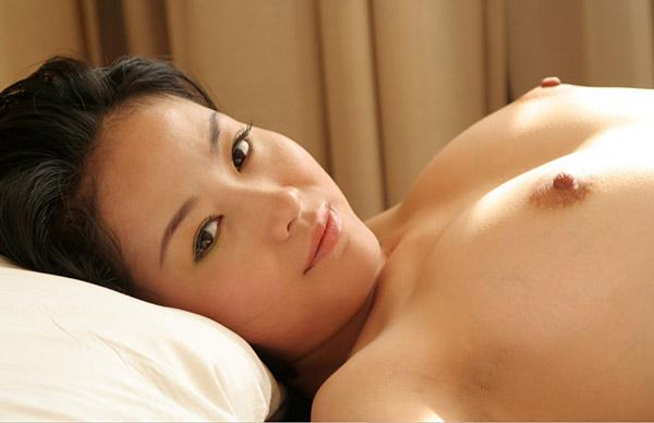 Сексуальная азиатка оголилась на мягкой кровати