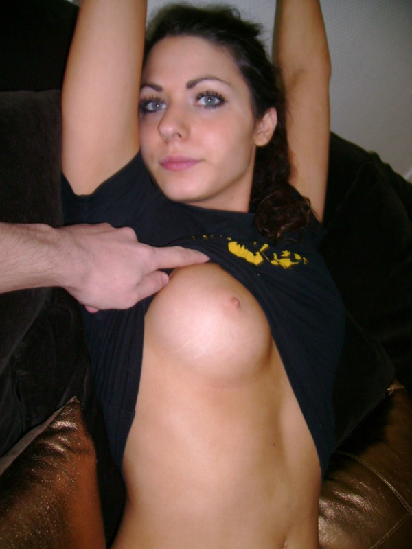 Сексуальная брюнетка трахнулась с двумя парнями