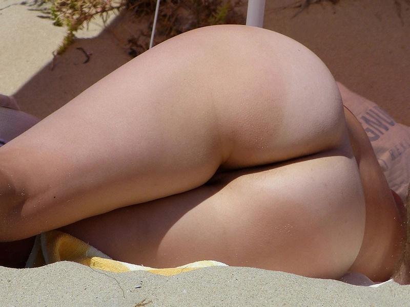 Красотка на пляже любит загорать без купальника