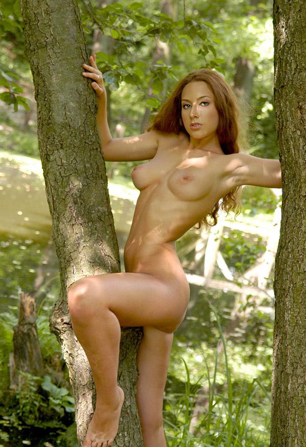 Рыжая красавица отправилась на природу и случайно разделась
