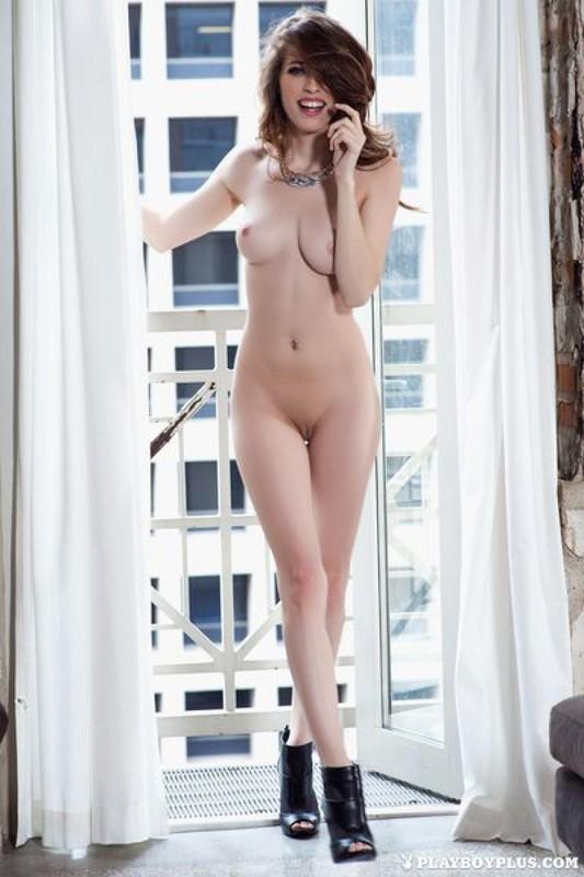 Стройная секретарша поражает красотой своего тела