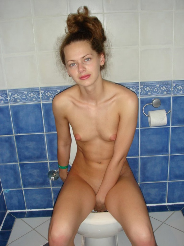 Пописала в туалете и расставила ножки