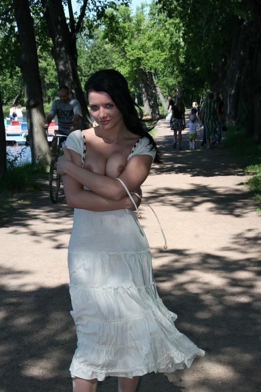Раскрепощенная сучка засветила прелести во время прогулки по городу