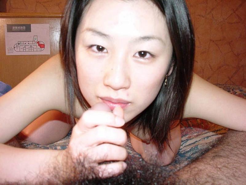 Азиатка шлифует маленький член
