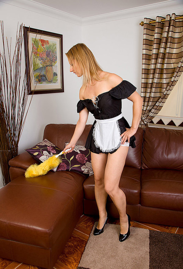 Знойная домработница забавляется на диване
