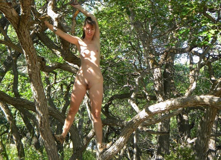 Зрелая мамзель залезла на дерево голышом