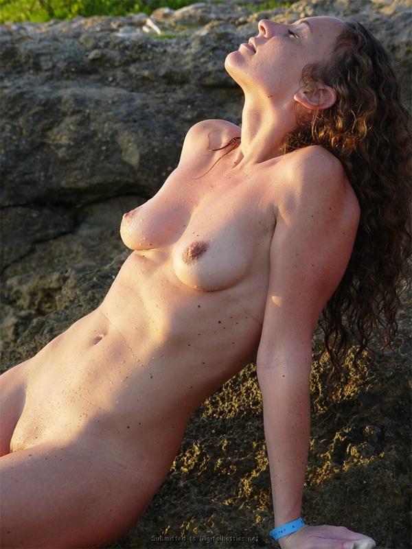 Сексапильная барышня оголилась на побережье океана