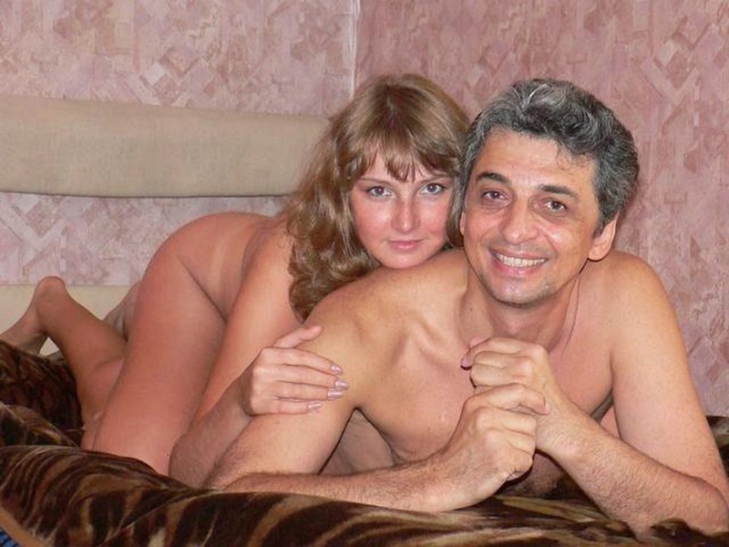 Сучка любит покрутить голой жопой перед мужиком