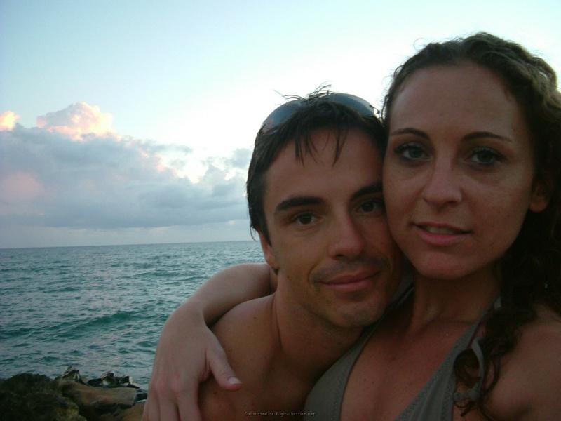 Супружеская парочка разделись на пляже