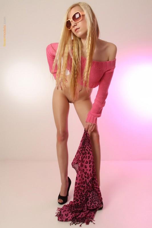 Длинноногая блондинка красуется своим телом