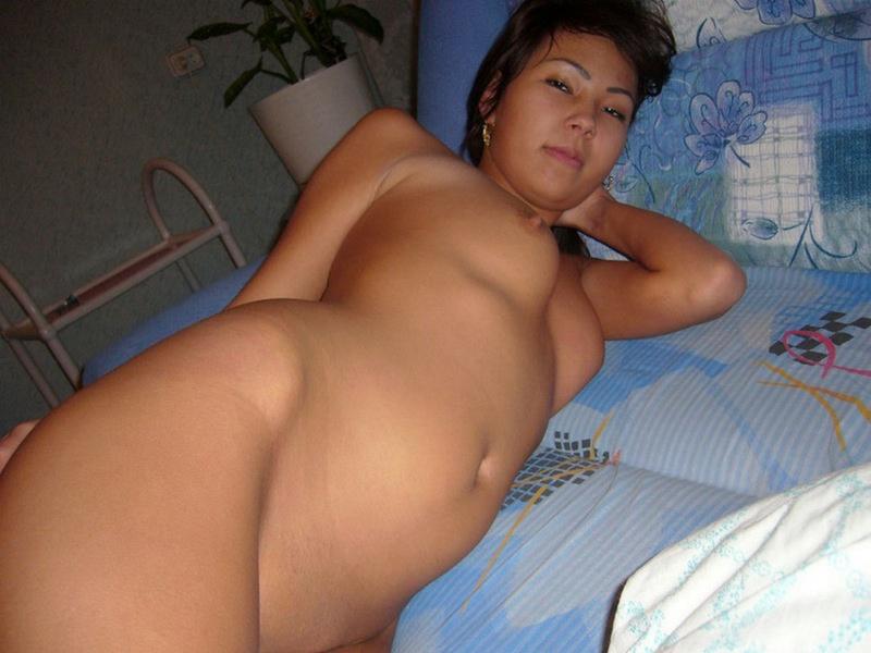 Горячая азиатка решила снять одежду