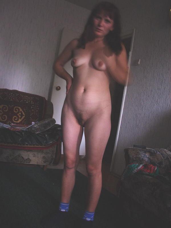 Симпатичная домохозяйка блистает волосатой киской