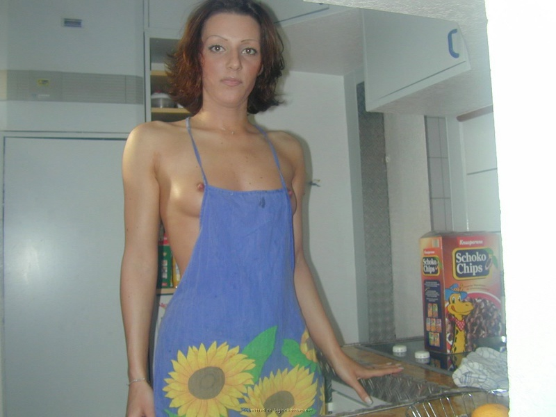 Знатная домохозяйка на голое тело повязала фартук
