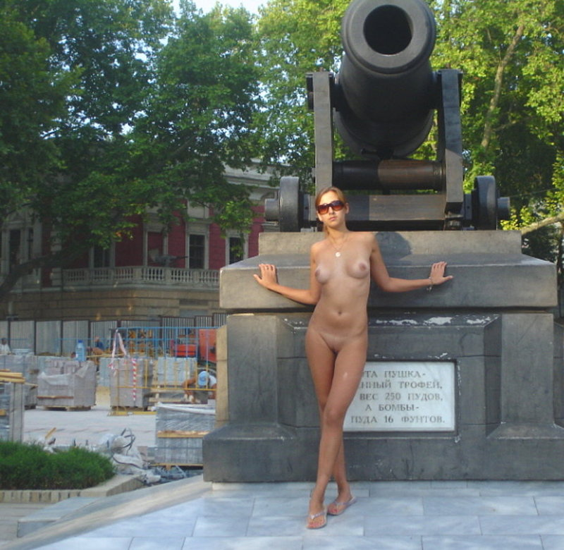 Рыжеволосая искусительница прошлась голышом по городу