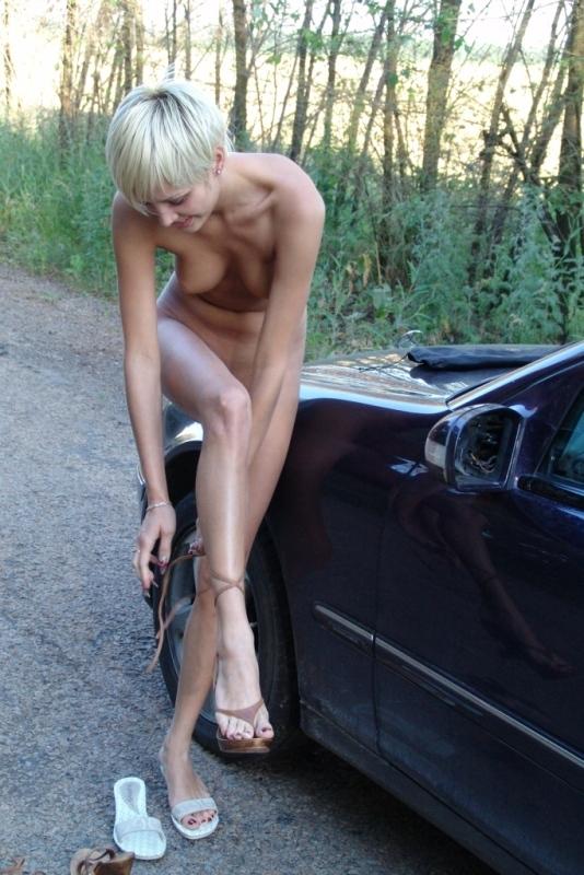 Блондинка ловит попутку оголенным телом