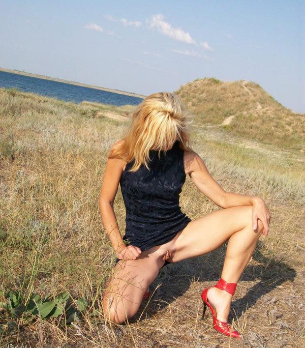 Бывалая шалашовка сосет на природе