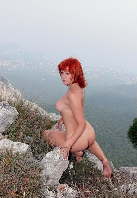 Опытная прошмандовка скачет по горам нагишом
