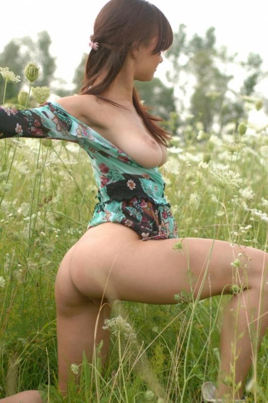 Сногсшибательная баловница оголяется на лужайке