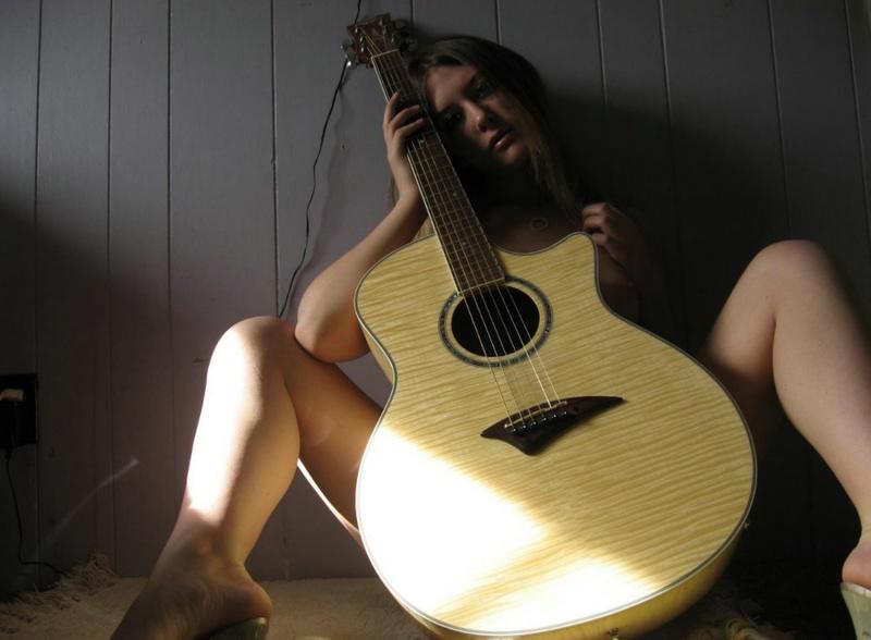 Гитаристка разделась возле стены