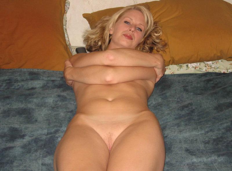 Зрелая леди голышом на кровати