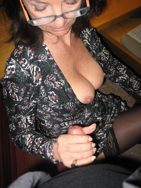 Зрелая мадам подставила волосатую вульву