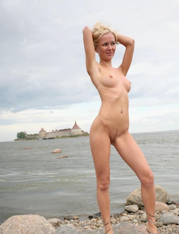 Блондинка разделась и позирует для мужа