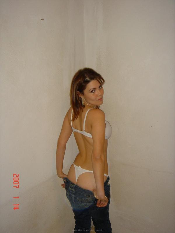 Мамаша с красивой задницей стоит в белье у стенки