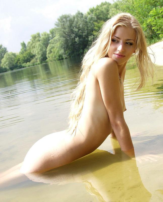 Городская фифа прогуливается голышом на озере