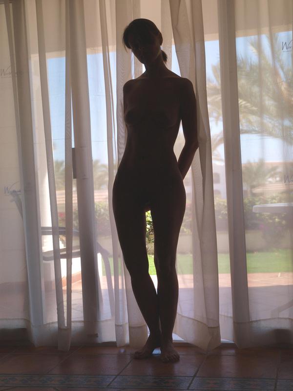 Эффектная дама отдыхает полностью голая
