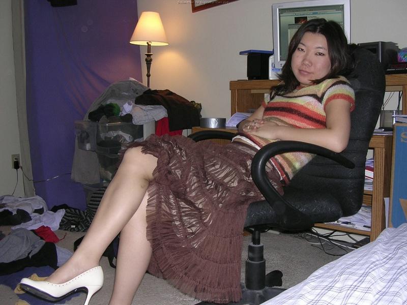 Азиатка сделала горячий отсос молодому человеку