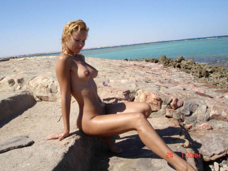 Стройная блондинка разделась на побережье мертвого моря