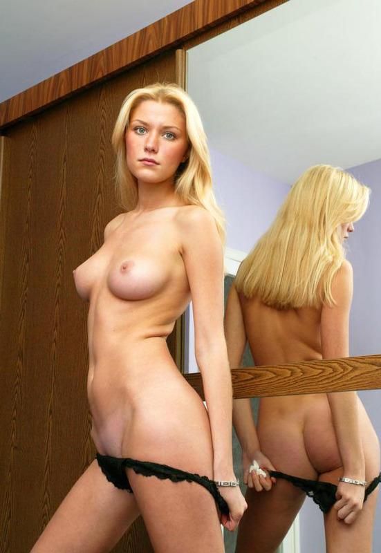 Белокурая мамзель обнажилась возле зеркала