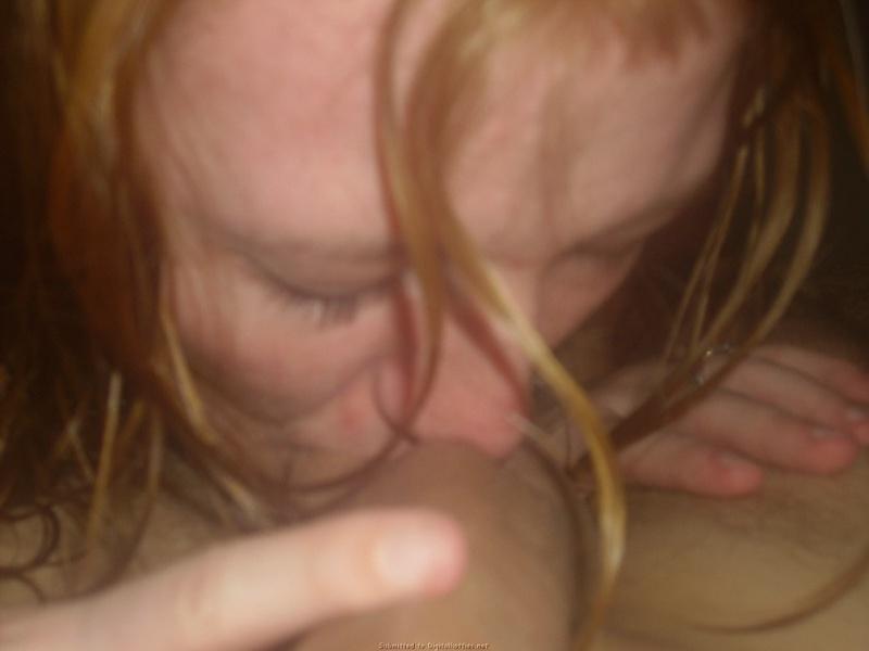 Раскованная домохозяйка взяла у своего мужа за щеку