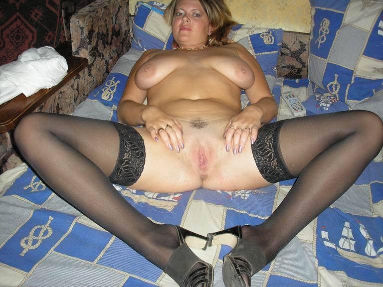 Большегрудая мамзель в чулках на диване