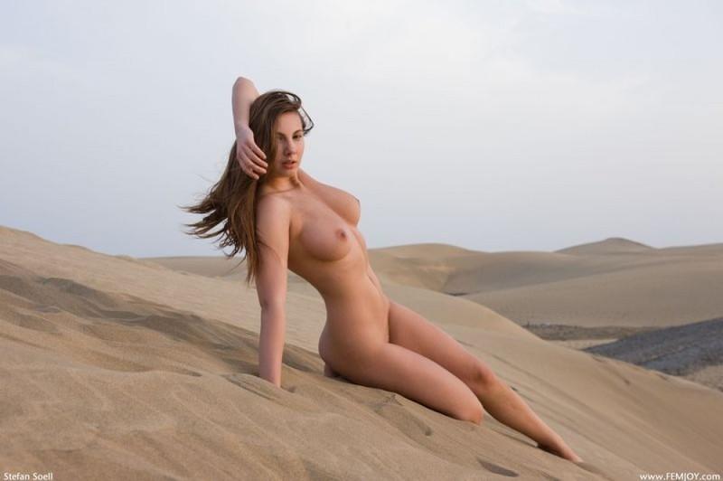 Пышногрудая красотка блещет волосатой киской в пустыне
