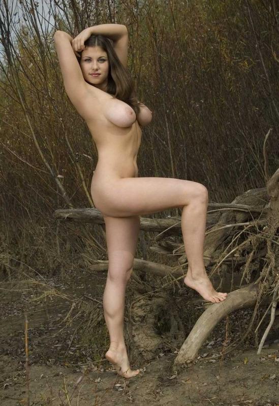 Развратная колхозница разделась в лесу