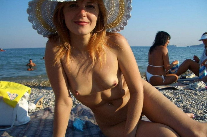 Зрелая чика и ее молодые подруги разделись ради секса