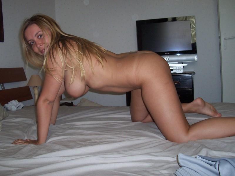 Блонда с большими буйками оголилась ради отдыха