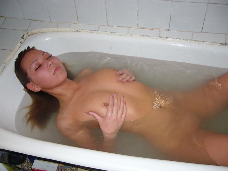 Восточная красавица нежиться в ванной
