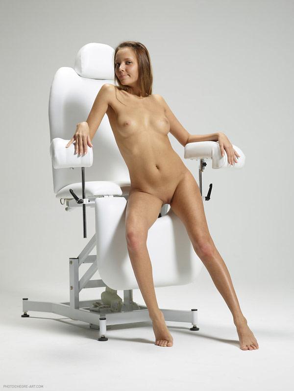 Медсестра в кабинете гинеколога разделась