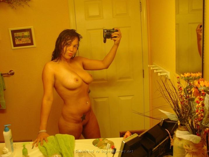 Полная мамзель любуется собой перед зеркалом