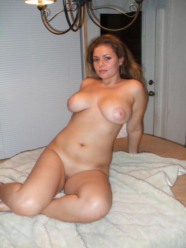 Обнаженная пышечка с большой грудью