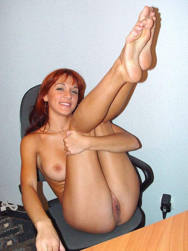 Рыжая секретарша теребит киску на работе