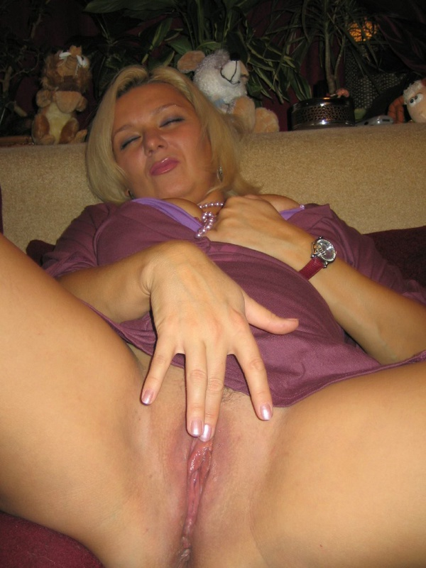 Опытная любовница удовлетворяет себя пальчиком