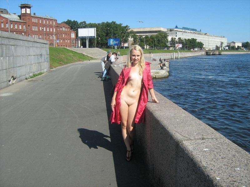 Прожженная шалунья раздевается на набережной