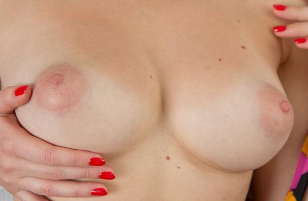 Шикарная блондинка хвастается голым телом
