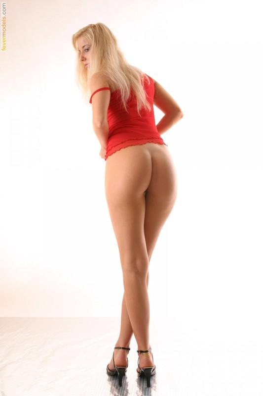 Хрупкая блондинка стала рачком