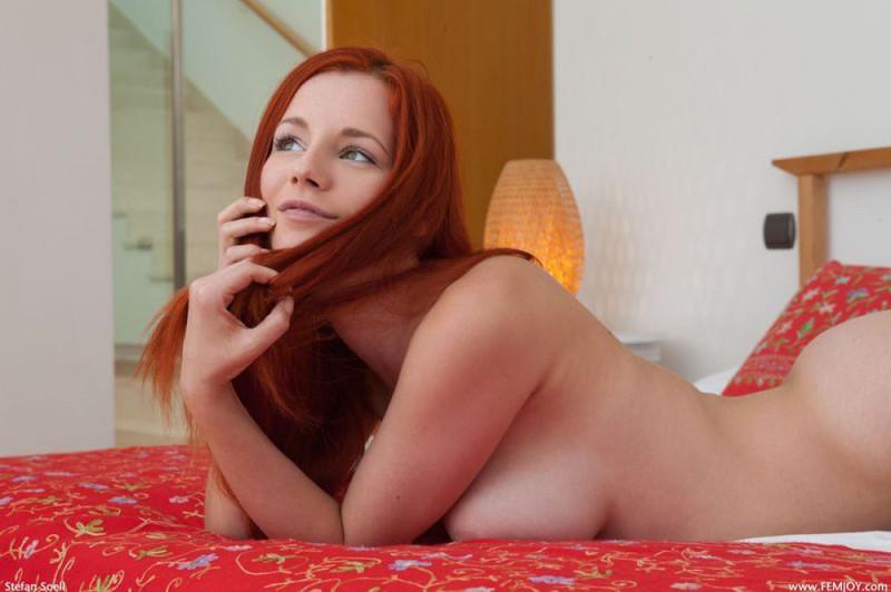Рыжеволосая давалка блистает волосатой киской